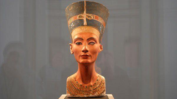 Косметика в давнину: чим користувалися жінки?