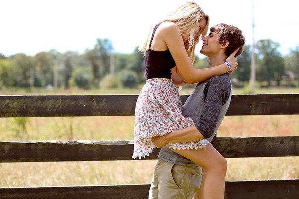 фото парня и девушки влюбленных держит за попку