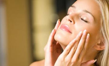Чи потрібно зволожувати жирну і комбіновану шкіру влітку?