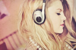 blonde-fashion-girl-listen-music-Favim.com-111930